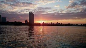 De riviervoorzijde van zonsonderganglonden Stock Fotografie
