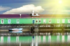 De rivierwater van het huis het drijven royalty-vrije stock foto's
