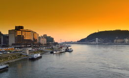 De rivierzonsondergang Boedapest van Donau Stock Foto's