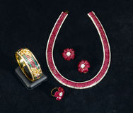 de robijnrode armband, de halsband, de ring en de oorringen van Siam royalty-vrije stock foto