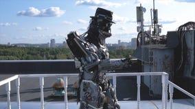 De robot beweegt zijn handen op achtergrond van stadshorizon en blauwe hemel lengte Concept technologieën met kunstmatig royalty-vrije stock fotografie
