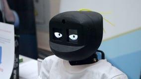 De robot beweegt zijn hoofd en knippert zijn ogen stock videobeelden