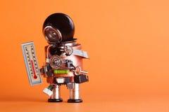 De robot die van de weervoorspeller kamertemperatuur 21 graad Celsius van het thermometercomfort kijken Weathermen stuk speelgoed Stock Afbeeldingen