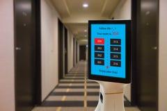 De robot in hotelconcept, robotachtige butler helpt de klant aan de ruimte die boekend, het voorwerp, voedsel, toebehoren binnen  stock afbeelding