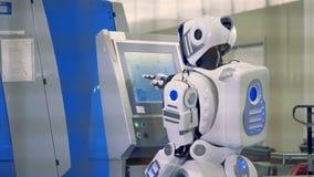 De robot komt aan een machine en types, achtermening