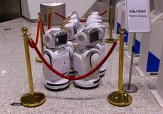 De robot laadt de batterij stock afbeeldingen