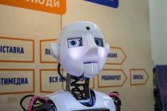 De robot met menselijke gelaatsuitdrukkingen ziet zorgvuldig eruit Stock Foto's