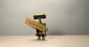 De robot probeert om aandacht aan te trekken en op belangrijk de nadruk te leggen Een slimme stuk speelgoed robot die zijn hand m stock footage