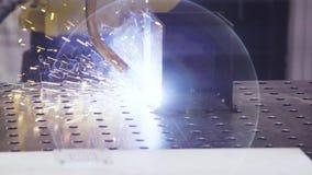 De robot van het de laserlassen van het metaalijzer in fabriek Industriële robotica Automatisering van het werk Moderne technolog stock video