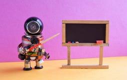 De robot verklaart moderne theorie Leraar met een wijzer dichtbij bord, kunstmatige intelligentiemachine het leren concept stock foto's