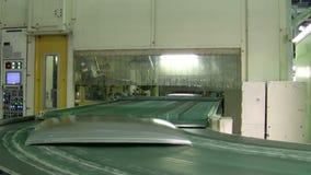 De robot zet de gestempelde delen voor auto's op de konveerlijn stock video