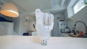 De robotachtige prothese op een lijst, sluit omhoog