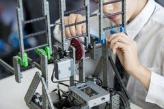 De robotachtige student van het klassenproject Stock Foto's