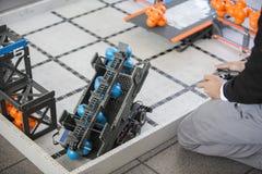De robotachtige student van het klassenproject Stock Fotografie