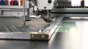 De roboticawerken in het maken van productielijn Robot naaimachine een geautomatiseerd patroon van het machineborduurwerk met roo stock videobeelden