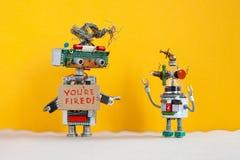 De robotleider verwerpt jongere robotachtige werkgever Het robotachtige karakter met een kartonteken en de met de hand geschreven stock afbeeldingen