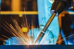 De robots last in autofabriek Stock Afbeeldingen