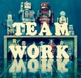 De robots van het teamwerk Stock Afbeeldingen