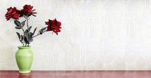 De rode aard morte nam bloem ` s toe stock afbeelding