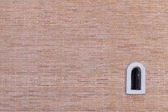 De rode achtergrond van de bakstenen muurtextuur grunge met venster, kan aan binnenlands ontwerp als achtergrondbinnenhuisarchite Stock Afbeeldingen