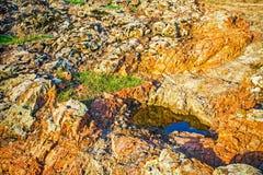 De rode achtergrond van de steenrots, contrast abstract behang Royalty-vrije Stock Afbeeldingen