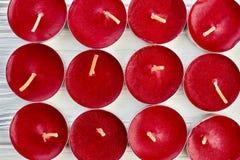 De rode achtergrond van thee lichte kaarsen royalty-vrije stock foto