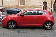 De rode Alpha- auto van Romeo Mito Stock Afbeeldingen