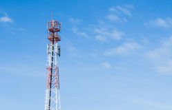 De rode antennetoren met blauwe hemelachtergrond Royalty-vrije Stock Foto's