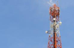 De rode antennetoren met duidelijke hemelachtergrond Stock Afbeelding