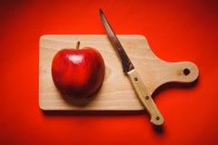 De rode appel hakte omhoog op de raad op een lijst Royalty-vrije Stock Foto