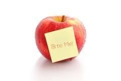 De rode appel met lege post-it, bijt me! Stock Foto