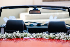 De rode auto van het huwelijk Stock Afbeeldingen