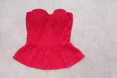 De rode avondbovenkant, rijgt elegant korset, vrouwelijke avondkleren, is Stock Foto