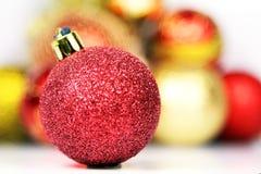 De rode Bal met blured ballen op een witte achtergrond Royalty-vrije Stock Afbeeldingen