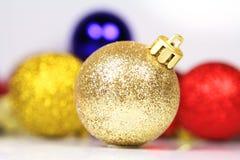 De rode Bal met blured ballen op een witte achtergrond Stock Foto's