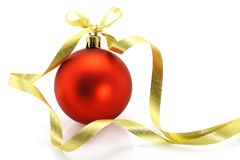 De rode bal van Kerstmis met gouden lint Royalty-vrije Stock Foto's