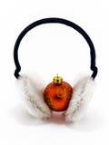 De rode bal van Kerstmis met hoofdtelefoons op wit Stock Fotografie