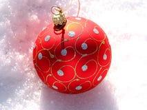 De rode bal van Kerstmis op sneeuw royalty-vrije stock foto's