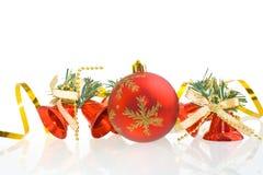 De rode ballen van Kerstmis en rode handklokken Stock Fotografie