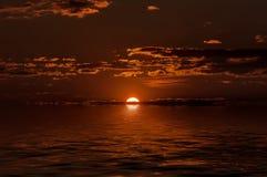 De rode bezinning van het zonsondergangwater Royalty-vrije Stock Foto