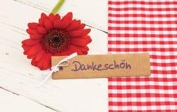 De rode bloem met groetkaart met met Duits woord, Dankeschoen, betekent dank royalty-vrije stock fotografie