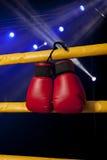 De rode bokshandschoenen hangt van de boksring Stock Foto