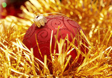 De rode bol van Kerstmis stock foto's