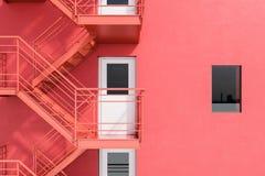 De rode bouw met brandtrapladder stock illustratie