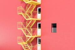 De rode bouw met gele brandtrapladder stock illustratie