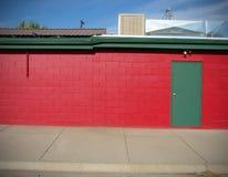 De rode bouw met groene deur Royalty-vrije Stock Afbeeldingen