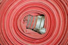 De rode brandslang is gekronkeld in een spiraal Close-up Mening van hierboven stock afbeeldingen