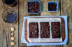 De rode brownie van bonenchocoladeschilfers Stock Afbeelding