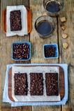 De rode brownie van bonenchocoladeschilfers Stock Fotografie