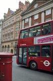 De rode bus van Londen op straten Stock Afbeeldingen